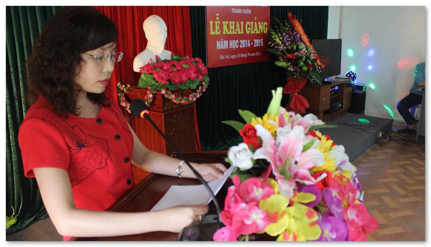 Phó giám đốc đọc bài phát biểu
