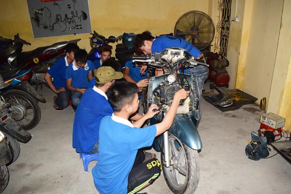 các học viên đang thực hành nghề sửa xe máy